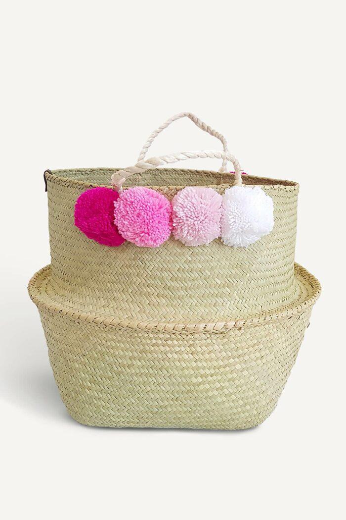 panier boule en jonc avec pompons roses et blancs