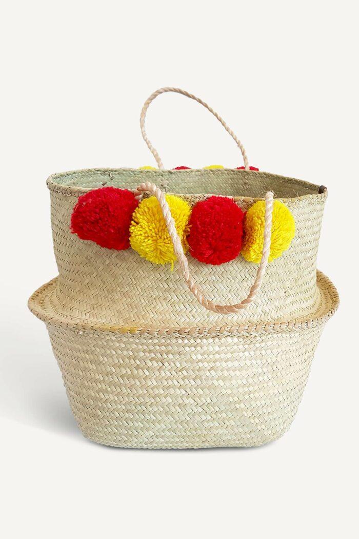 panier boule en jonc avec pompons rouges et jaunes