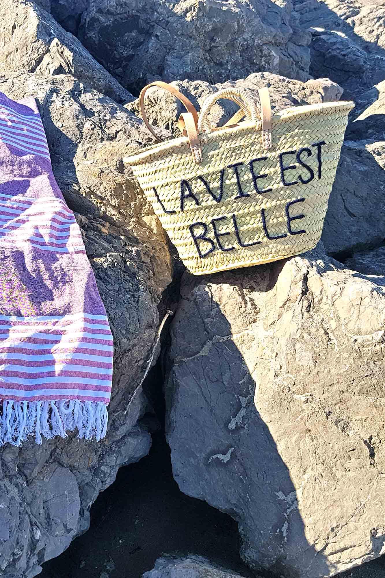 panier de plage en palme avec motif en tricotin et serviette madam stoltz