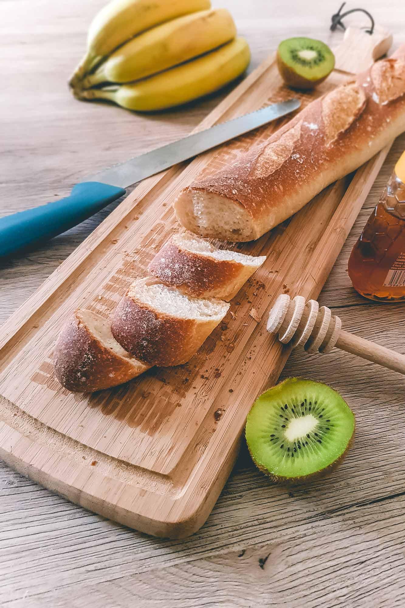 planche à découper en bambou avec pain