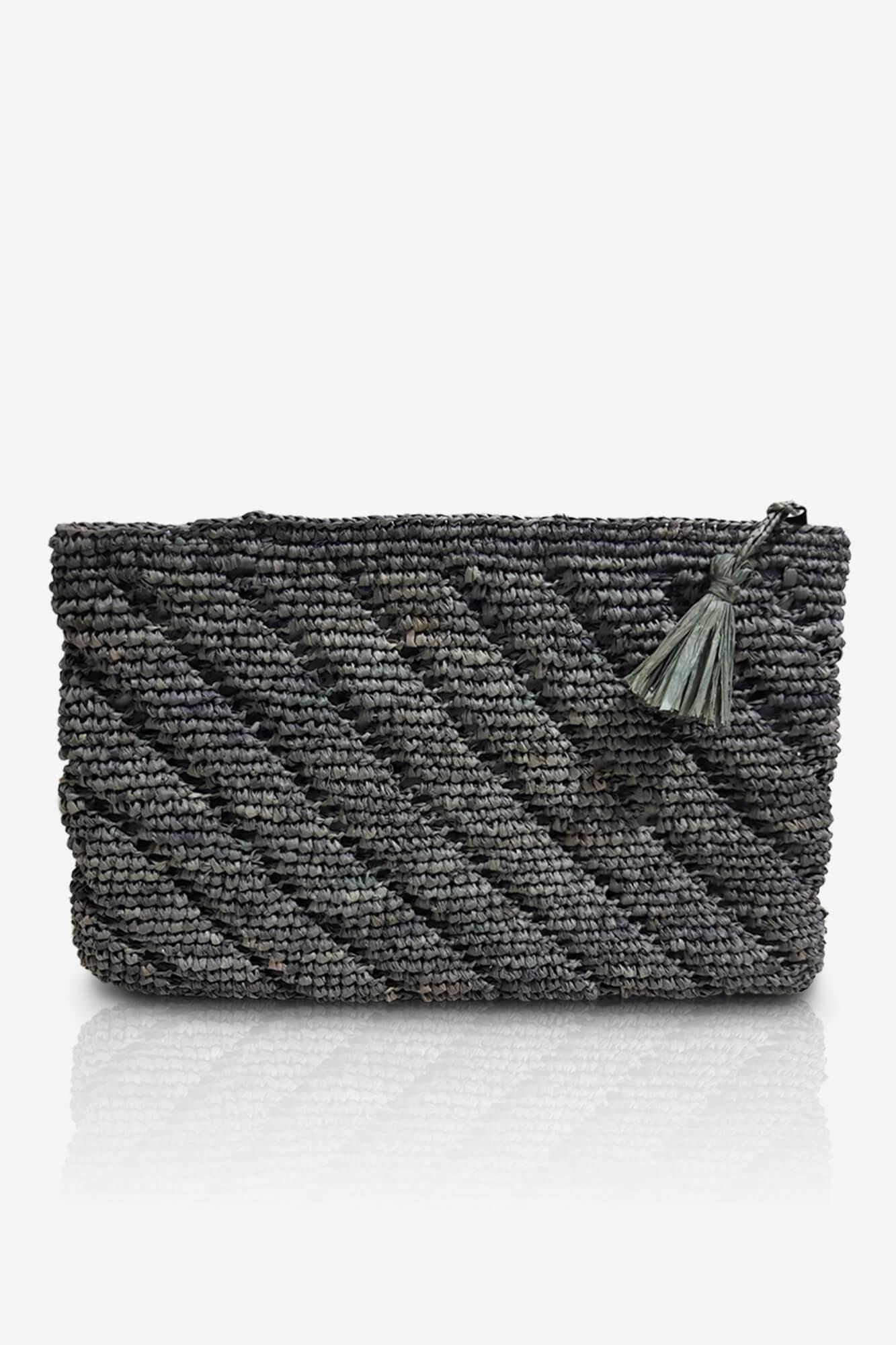 pochette plate grise en raphia avec motifs intérieur