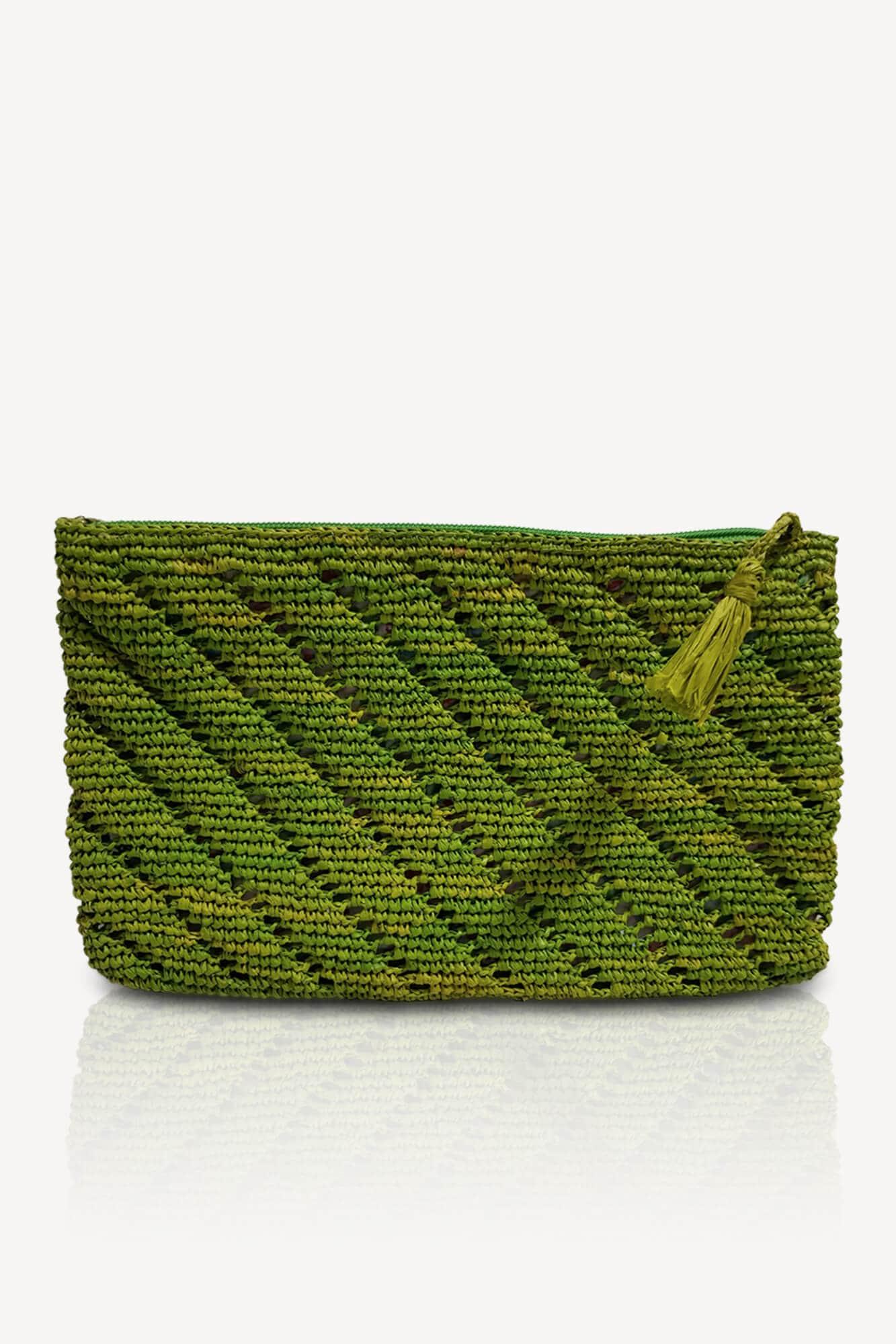 pochette plate verte en raphia avec motifs intérieur