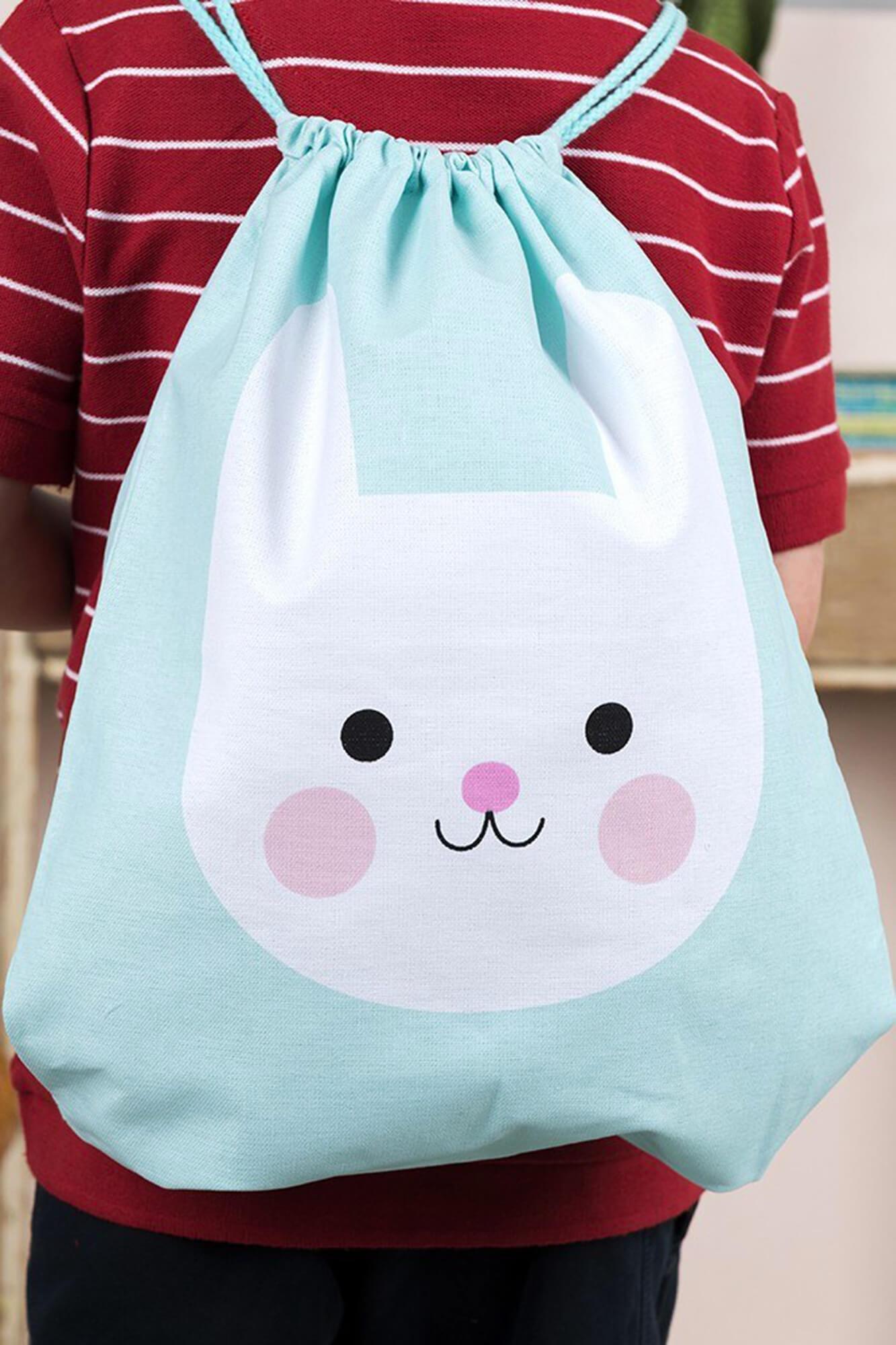 """sac à dos pour enfant """"Bonnie the bunny"""" porté par un enfant"""