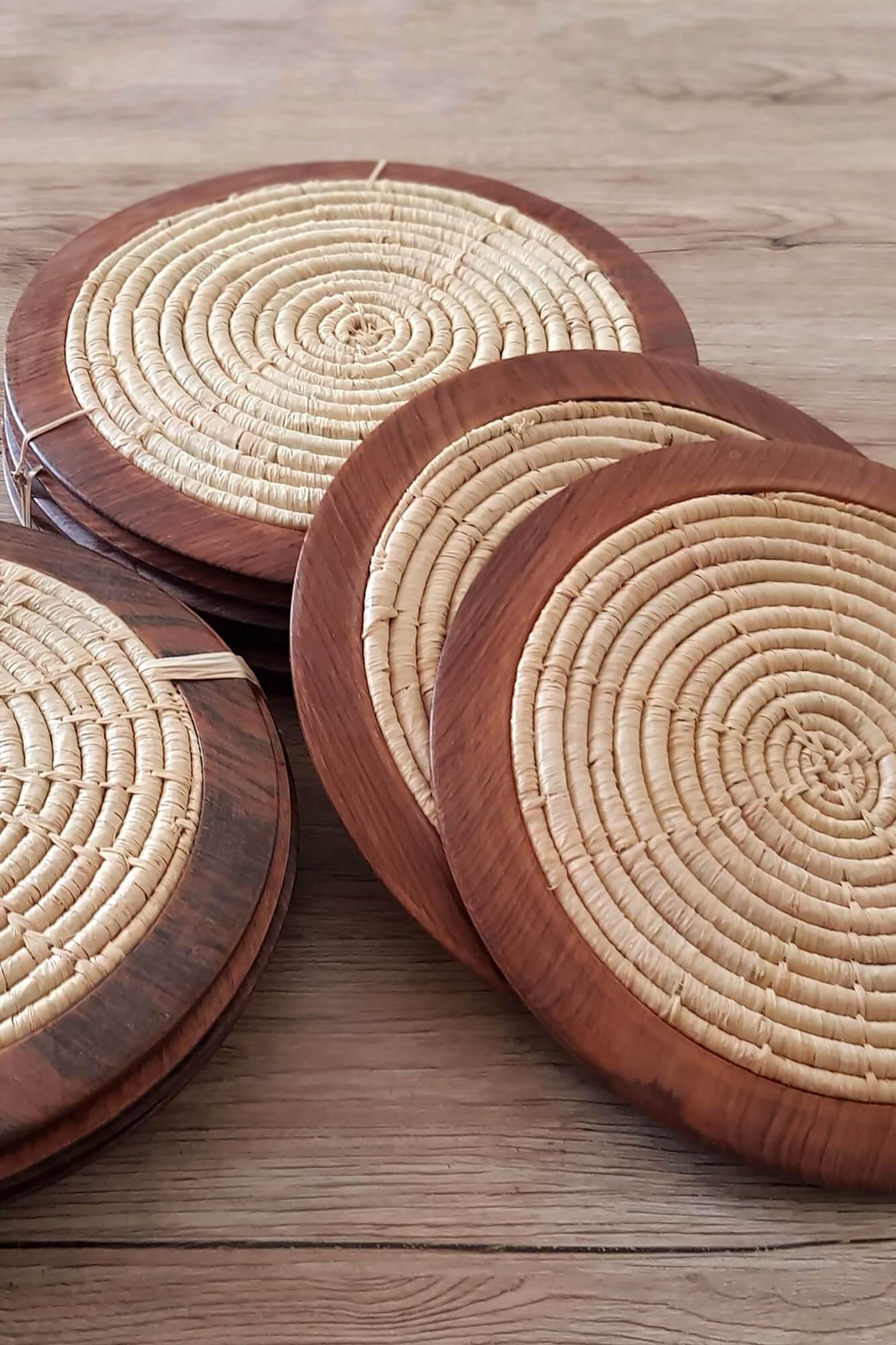 sous assiettes en raphia et bois de palissandre