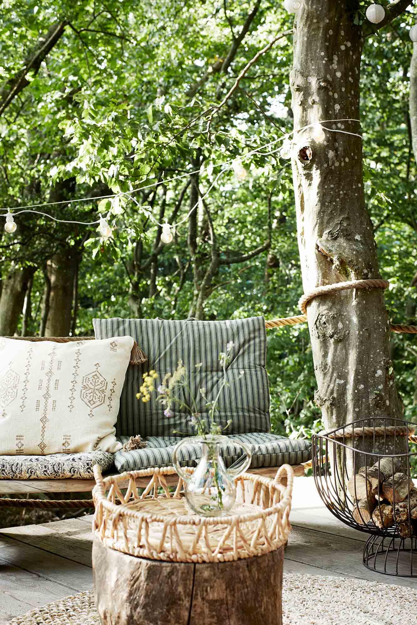 plateau en jacinthe d'eau avec poignées de la marque madam stoltz en extérieur
